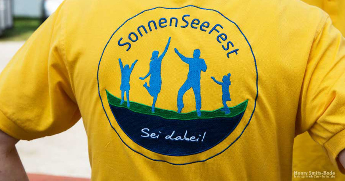 Das SonnenSeeFest-Logo auf einem Polo-Shirt
